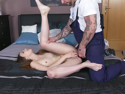 Fresh outsider the shower, young Elle Rose fucks a house painter