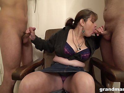 Grown up German slut wants the brush slaves to swell up the brush fat tits